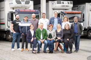 Tiefkühlservice und mehr von der Firma Schöndorfer. Das Team steht vor unseren LKWs.
