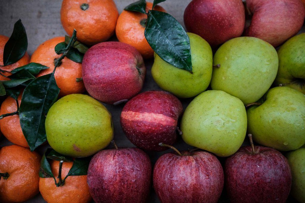 obst großhandel - grüne Äpfel, rote Äpfel, mandarinen mit Blätter